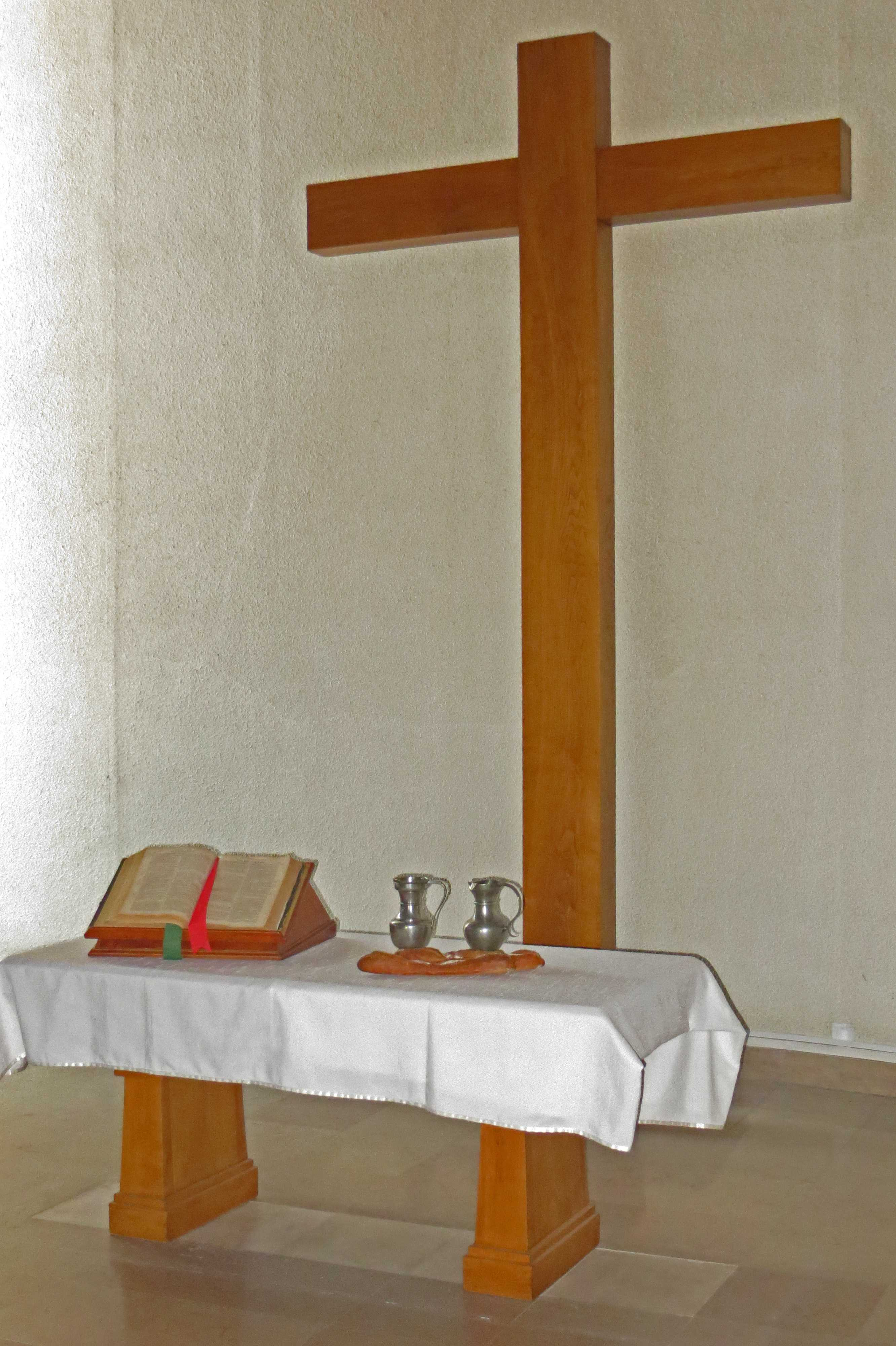 La croix et la table de communion du temple